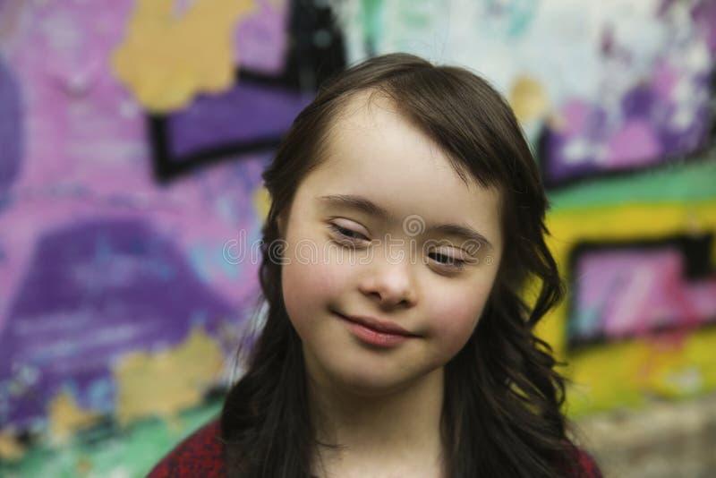 Retrato de la niña que sonríe al aire libre fotografía de archivo