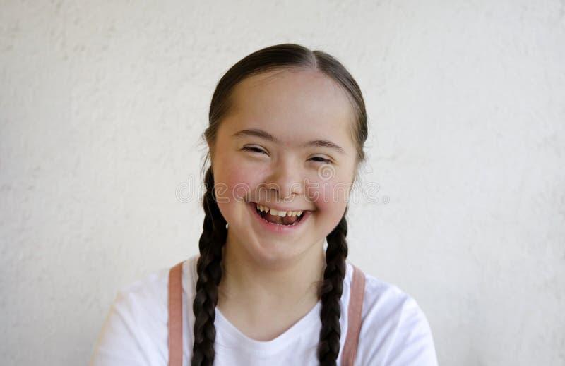 Retrato de la niña que sonríe en el fondo de la pared foto de archivo libre de regalías