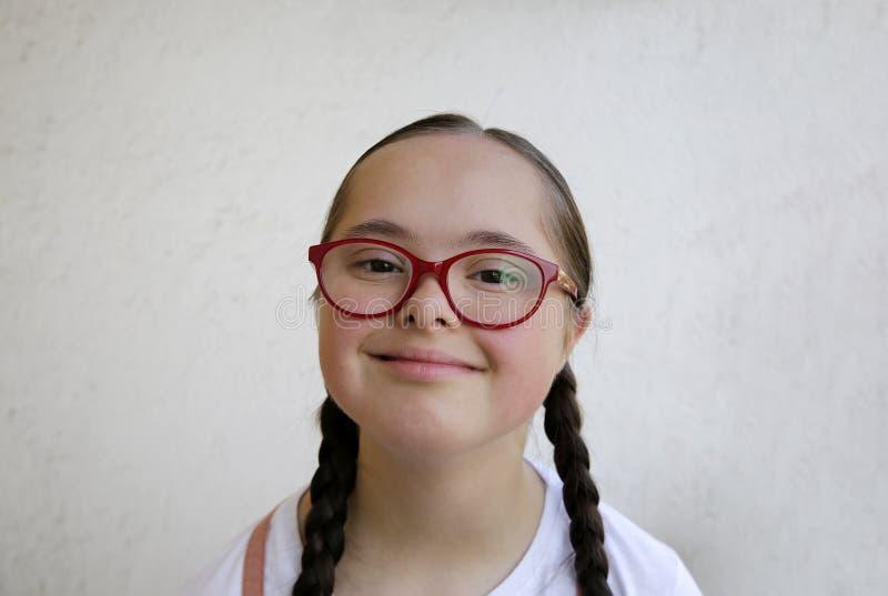 Retrato de la niña que sonríe en el fondo de la pared fotografía de archivo libre de regalías