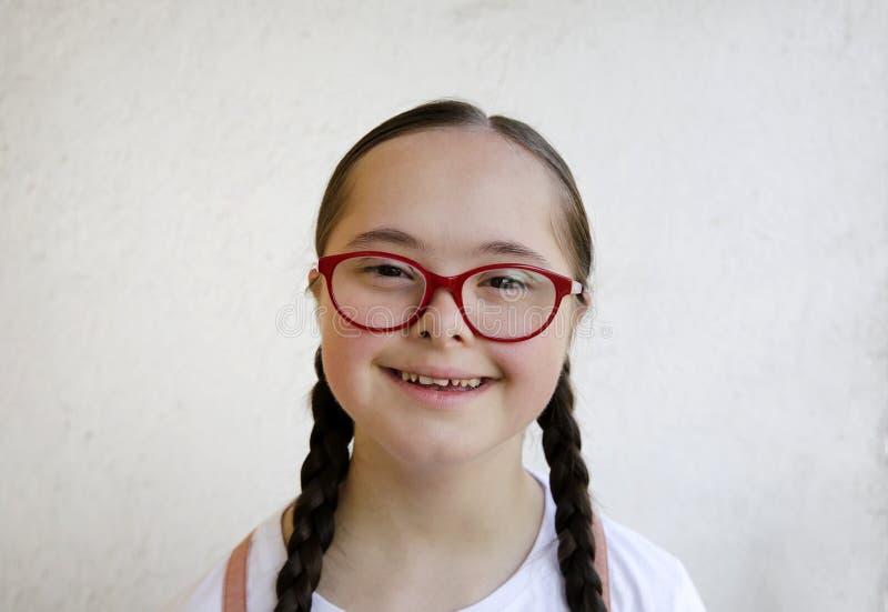 Retrato de la niña que sonríe en el fondo de la pared fotos de archivo libres de regalías