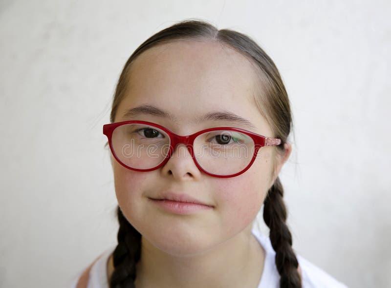 Retrato de la niña que sonríe en el fondo de la pared imágenes de archivo libres de regalías