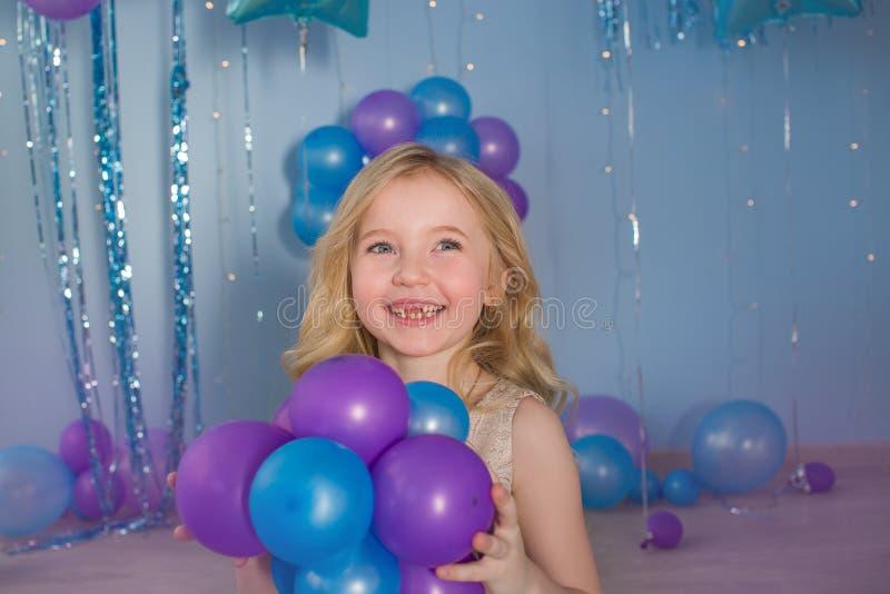 Retrato de la niña rubia con globos en manos fotos de archivo libres de regalías