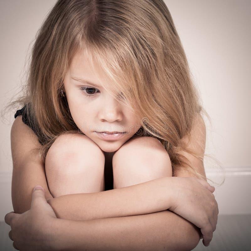 Retrato de la niña rubia triste imágenes de archivo libres de regalías