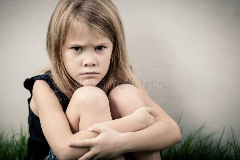 Retrato de la niña rubia triste fotografía de archivo libre de regalías