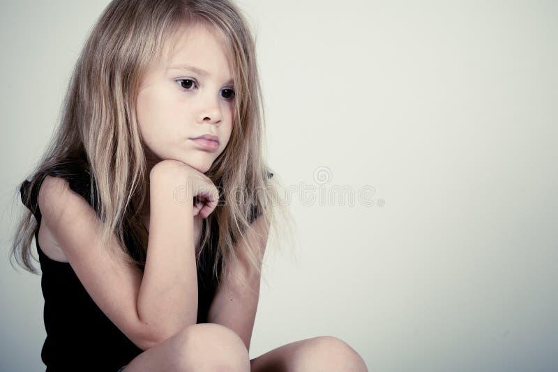 Retrato de la niña rubia triste foto de archivo