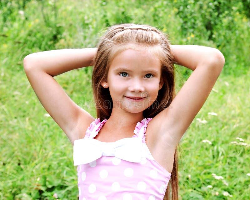 Retrato de la niña sonriente adorable en día de verano foto de archivo