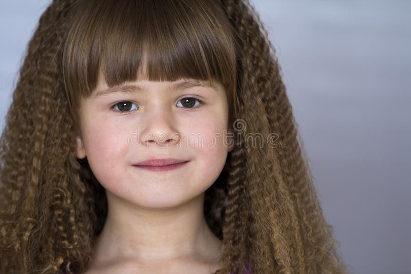 Retrato de la niña sonriente feliz con el pelo grueso hermoso imagenes de archivo