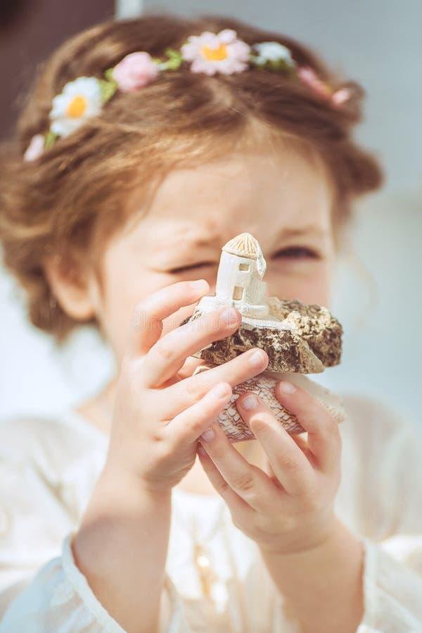 Retrato de la niña sonriente linda en vestido de la princesa fotografía de archivo libre de regalías