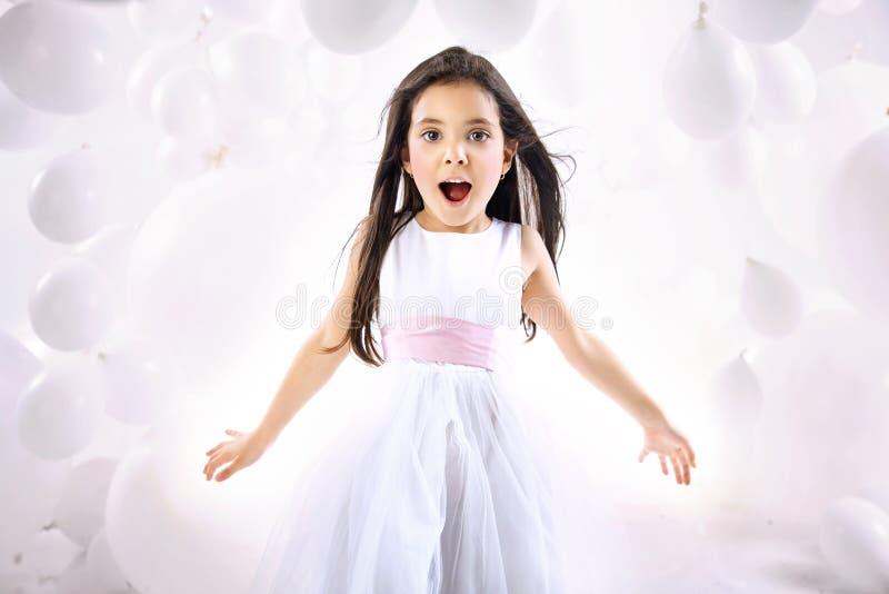 Retrato de la niña sorprendida fotografía de archivo