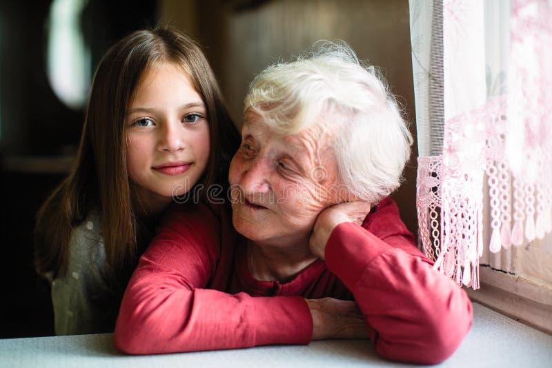 Retrato de la niña y de su abuela Amor fotografía de archivo