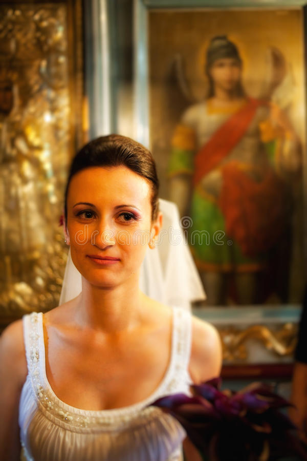 Retrato de la novia en iglesia imagen de archivo libre de regalías