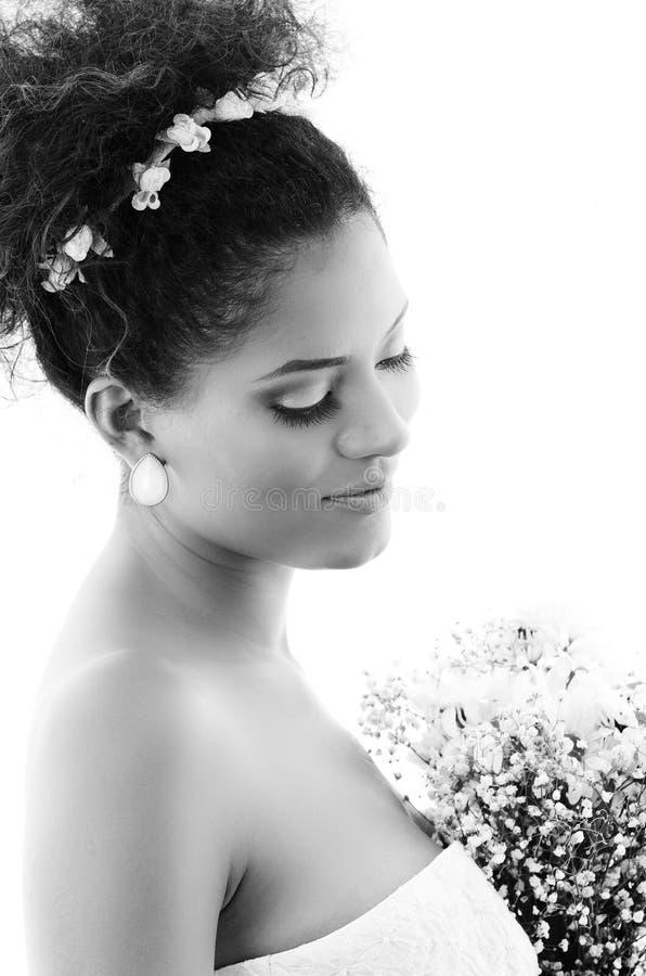 Retrato de la novia hermosa que mira abajo foto de archivo