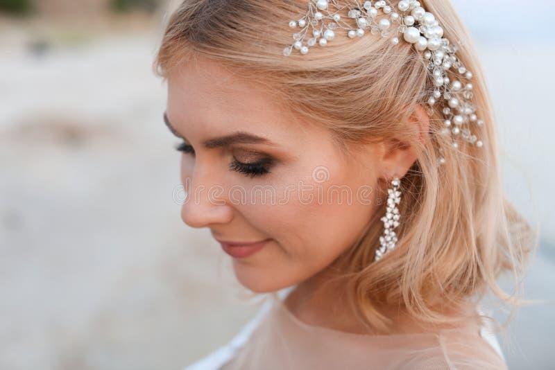 Retrato de la novia hermosa y feliz en la playa fotos de archivo libres de regalías
