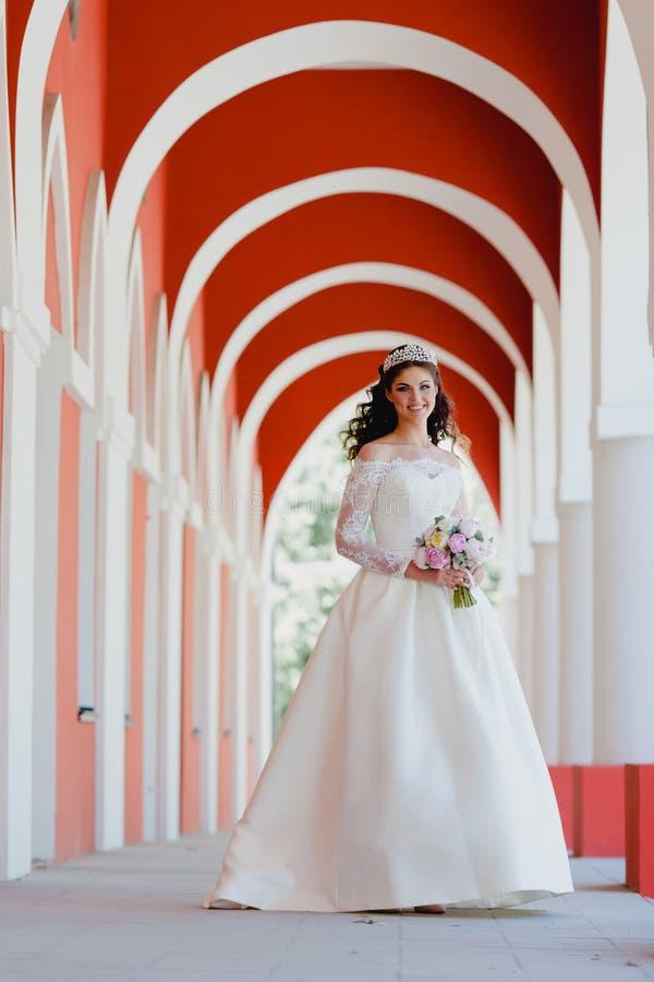 Retrato de la novia muy hermosa con el ramo imagen de archivo libre de regalías
