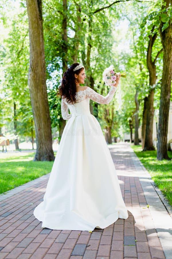 Retrato de la novia muy hermosa con el ramo imágenes de archivo libres de regalías