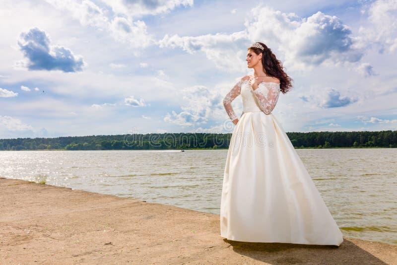 Retrato de la novia muy hermosa y del cielo nublado fotografía de archivo