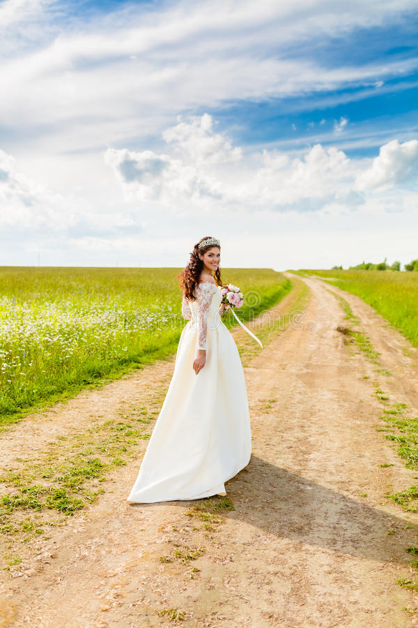 Retrato de la novia muy hermosa y del cielo nublado fotografía de archivo libre de regalías