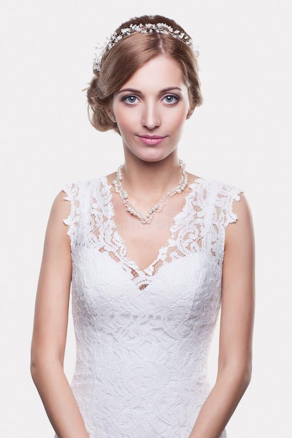 Retrato de la novia rubia joven hermosa de la mujer en la boda blanca imagen de archivo