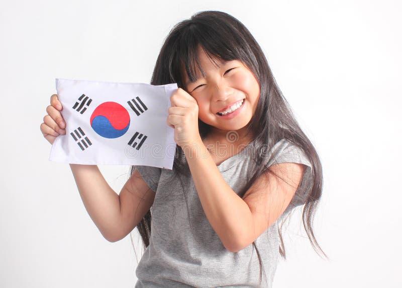 Retrato de la pequeña muchacha asiática linda que sostiene la bandera de Corea fotos de archivo libres de regalías