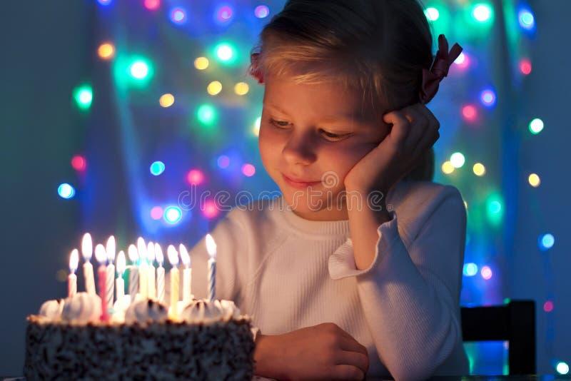Retrato de la pequeña muchacha bonita con un cak del cumpleaños imagen de archivo