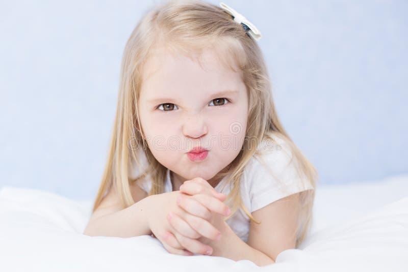 Retrato de la pequeña muchacha enojada imagen de archivo libre de regalías