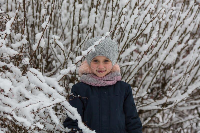 Retrato de la pequeña muchacha feliz en parque del invierno imágenes de archivo libres de regalías