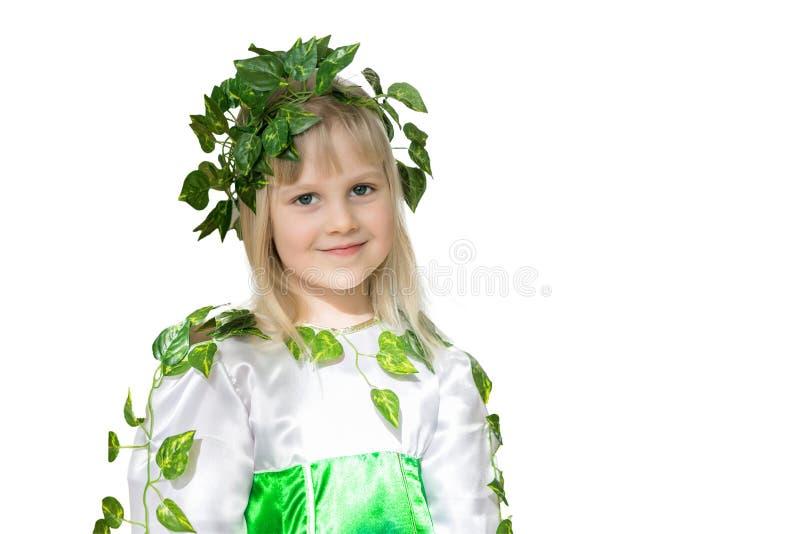 Retrato de la pequeña muchacha linda Bebé en vestido de hadas del bosque de la primavera con el espectro de hojas Niño como carác imagenes de archivo