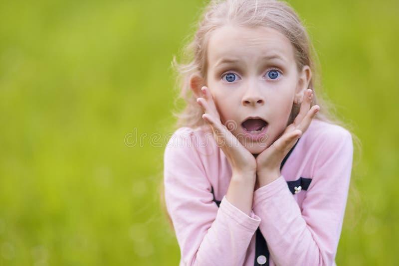 Retrato de la pequeña muchacha rubia joven exlaiming. fotos de archivo libres de regalías