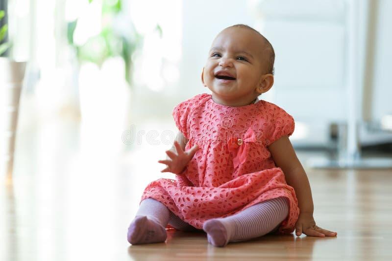 Retrato de la pequeña niña afroamericana que se sienta en la f imagen de archivo libre de regalías