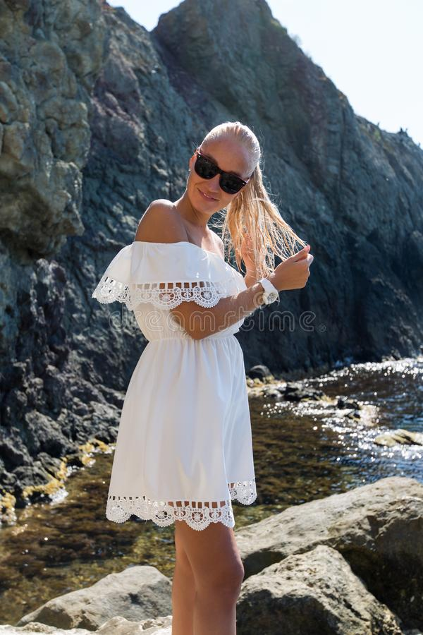 Retrato de la persona femenina atractiva en los sundress blancos fotografía de archivo
