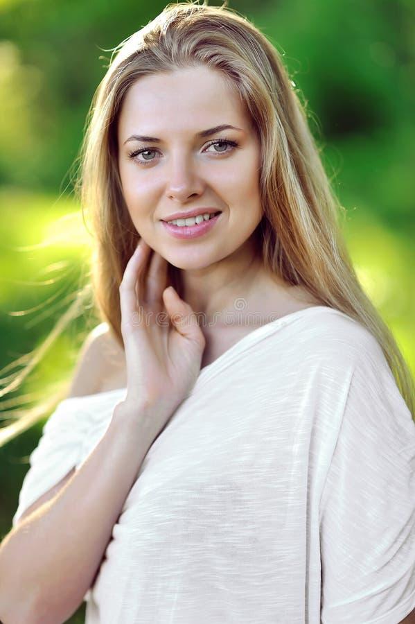 Retrato de la piel conmovedora hermosa sonriente feliz de la mujer joven foto de archivo libre de regalías