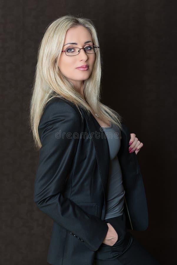Retrato de la presentación joven elegante vestida de la mujer de negocios fotos de archivo libres de regalías