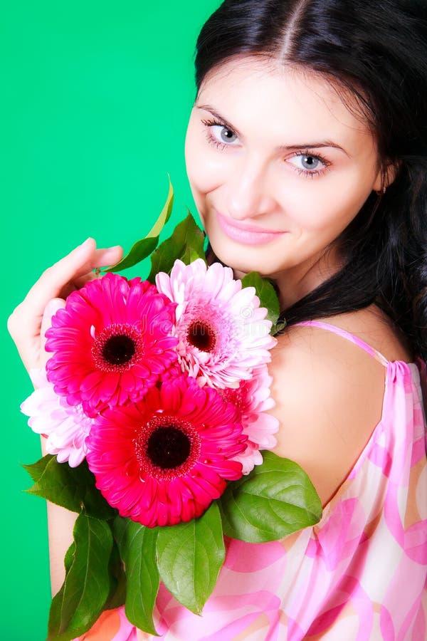 Retrato de la primavera de una morenita joven hermosa fotografía de archivo