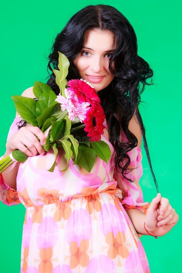 Retrato de la primavera de una morenita joven hermosa foto de archivo