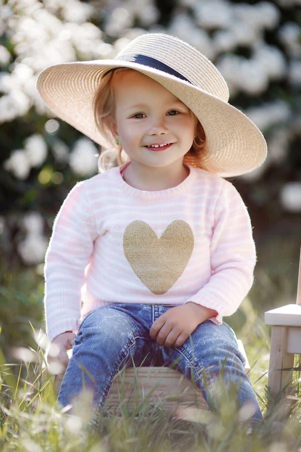 Retrato de la primavera de una niña encantadora que camina en un parque florecido fotos de archivo libres de regalías