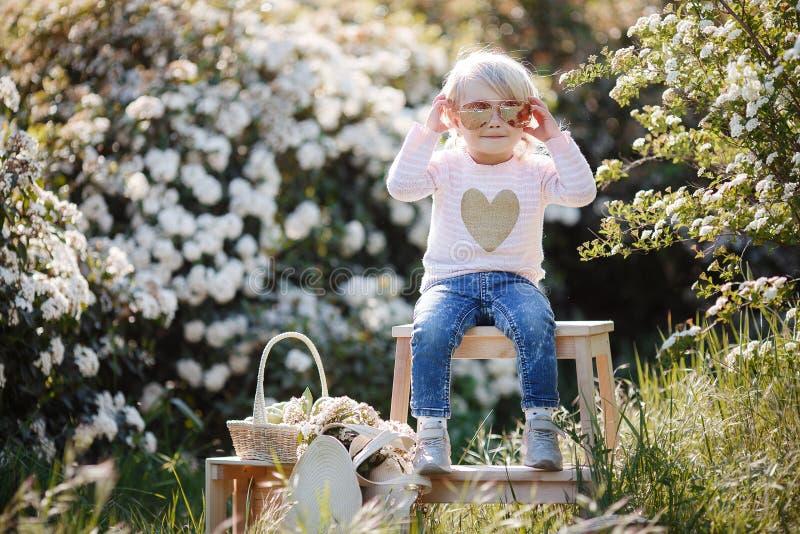 Retrato de la primavera de una niña encantadora que camina en un parque florecido imágenes de archivo libres de regalías