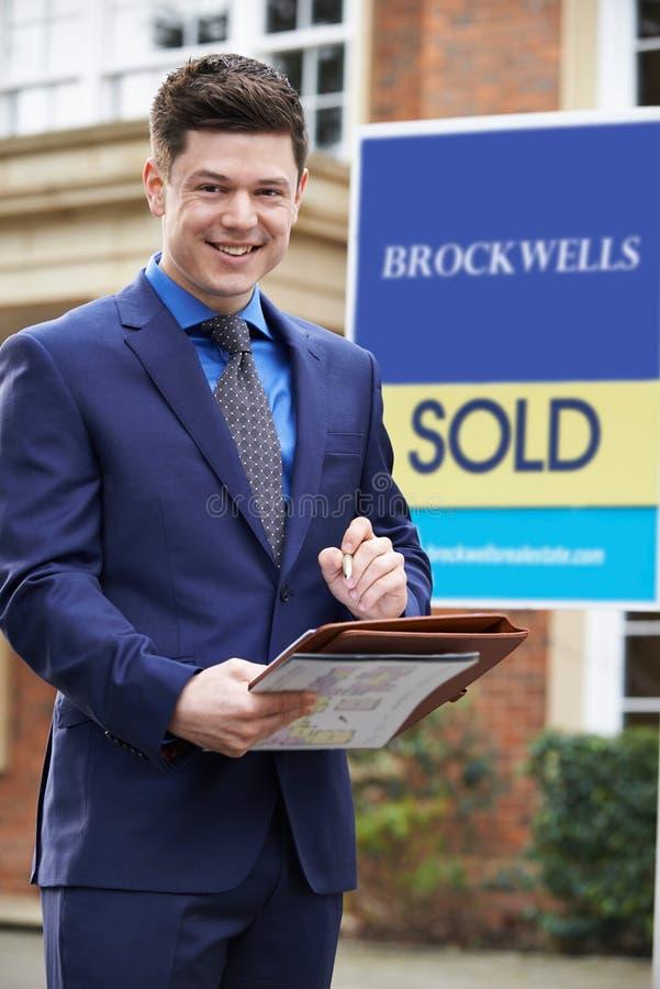 Retrato de la propiedad residencial del exterior derecho masculino del agente inmobiliario fotos de archivo