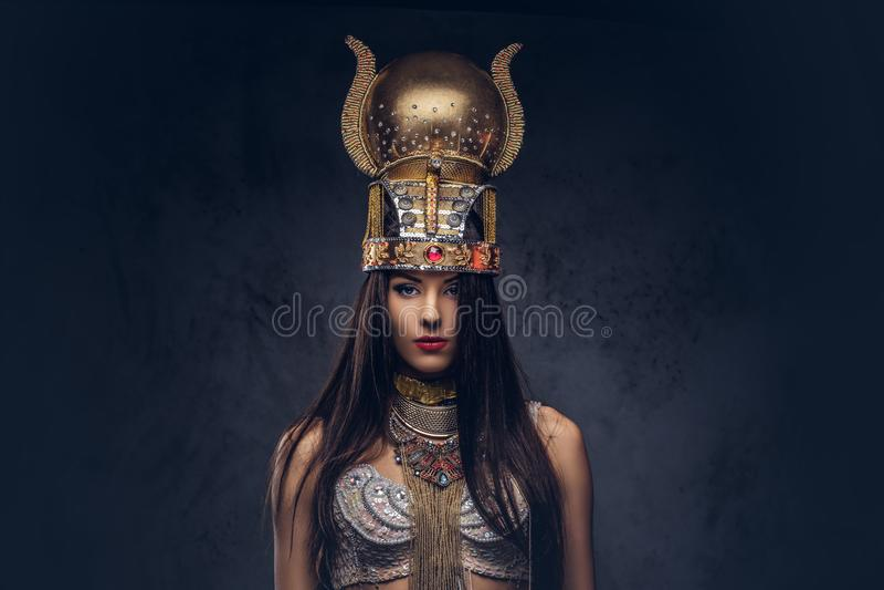 Retrato de la reina egipcia arrogante en un traje antiguo del faraón imagenes de archivo