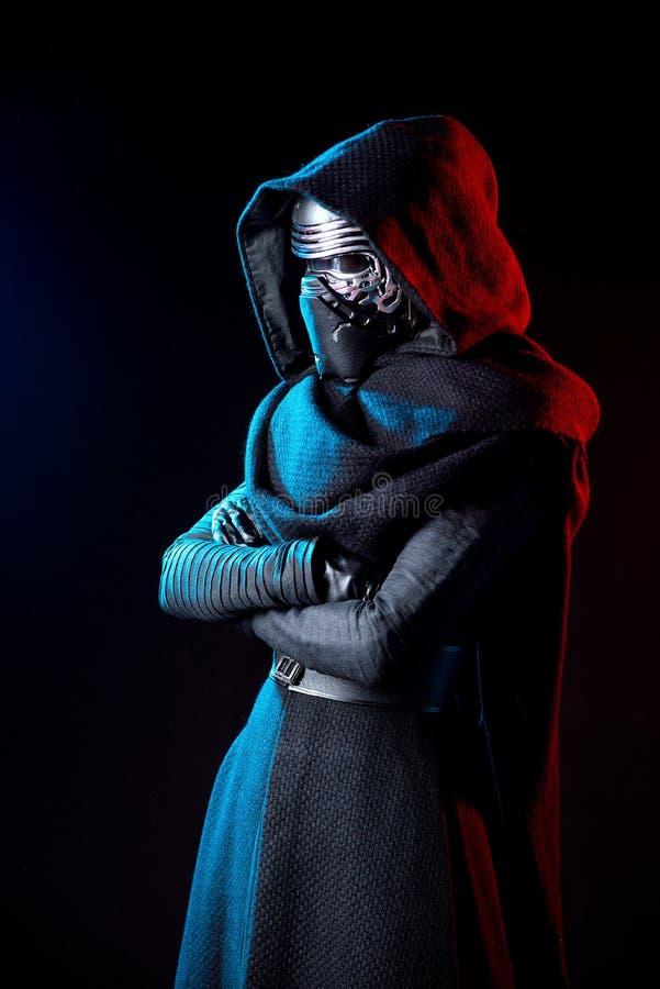 Retrato de la reproducción del traje de Darth Vader con la mano del gancho agarrador y su espada fotos de archivo libres de regalías