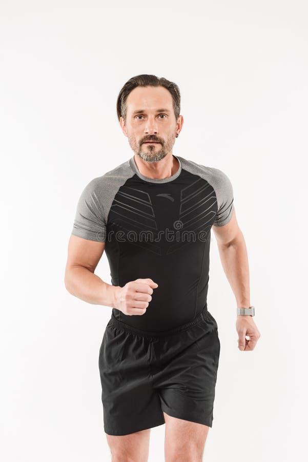 Retrato de la ropa de deportes que lleva adulta motivada enfocada h del hombre 30s imagenes de archivo