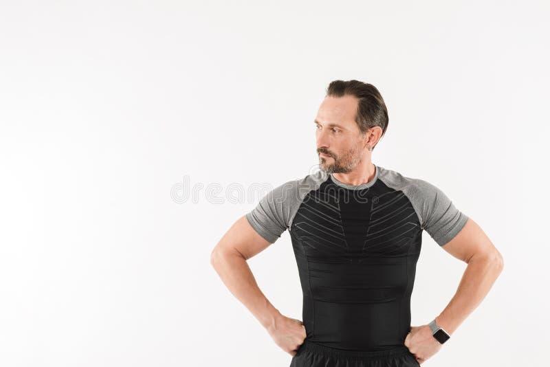 Retrato de la ropa de deportes que lleva atlética del hombre 30s que mira a un lado encendido imagen de archivo libre de regalías
