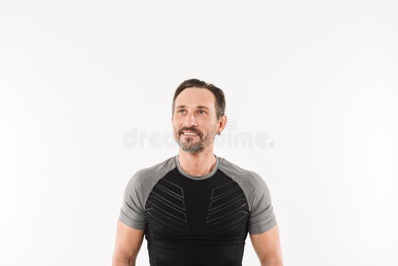 Retrato de la ropa de deportes que lleva masculina del hombre 30s que mira hacia arriba fotografía de archivo libre de regalías