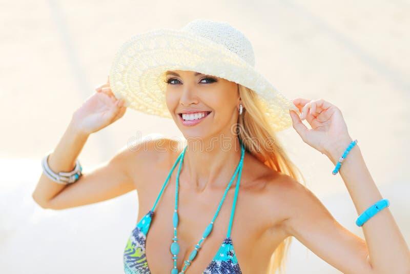 Retrato de la señora bastante joven en sombrero que disfruta de vacaciones de verano imagen de archivo libre de regalías