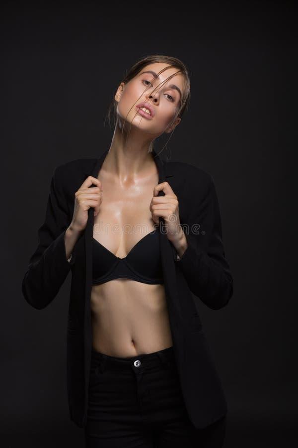 Retrato de la señora con estilo hermosa Foto, belleza y moda del estudio oscuras foto de archivo