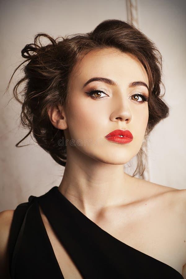 Retrato de la señora elegante joven con el pelo marrón y el peinado hermoso foto de archivo libre de regalías