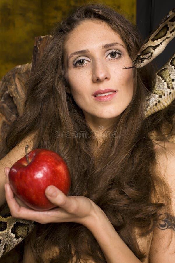 Retrato de la señora joven de la belleza con la serpiente y la manzana roja imagen de archivo libre de regalías
