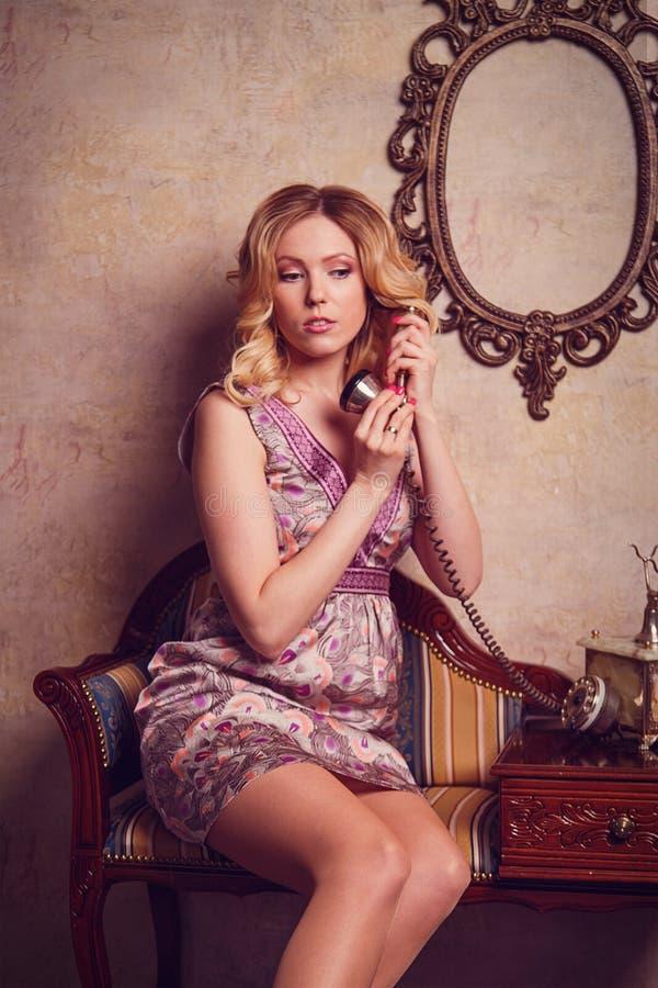 Retrato de la señora joven sensual hermosa con el teléfono elegante imágenes de archivo libres de regalías