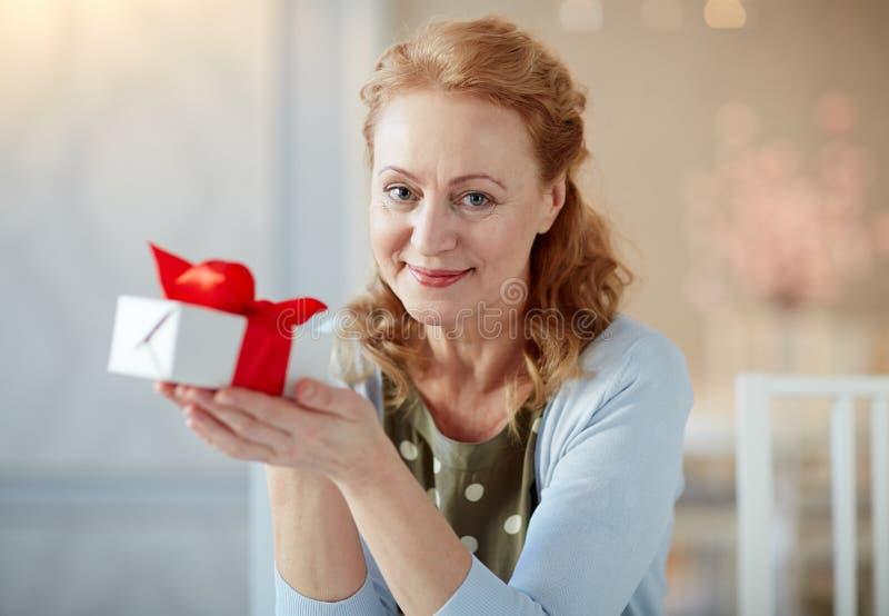 Retrato de la señora madura elegante con la caja de regalo imagenes de archivo