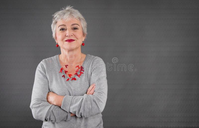 Retrato de la señora mayor confiada imagen de archivo libre de regalías