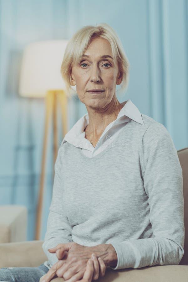 Retrato de la señora mayor contenta fotos de archivo
